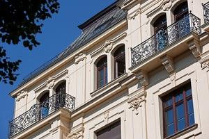 Die reich verzierte Fassade weist als Besonderheit in jedem Geschoss unterschiedliche Fensterformen auf