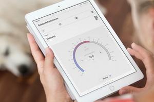 Links: Ein KNX System macht das Haus zum Smart Home, der Gira X1 fungiert als Steuerzentrale im Hintergrund, via X1 App lassen sich alle Funktionen auch übers Tablet oder Smartphone bedienen. Etwa die Heizung für jeden Raum individuell anpassen