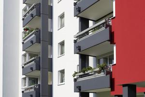 Die Balkone und die mit der Akzentfarbe Signalrot abgesetzten Fassadenflächen erhielten einen verschmutzungsresistenten Anstrich