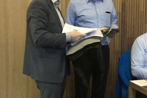Ministerialrat Torsten Wenisch (li.) verabschiedet Regierungsbaudirektor Friedhelm Niggemeier
