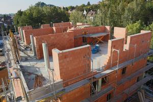Mit einer gleichmäßigen Lastenverteilung können auch sechs oder mehr Geschosse aus massiven Mauerziegeln errichtet werden