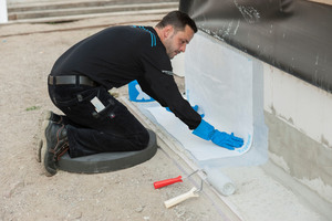 In das noch flüssige Material wird ein Spezial-vlies ohne Lufteinschluss eingearbeitet und mit einer zweiten Schicht Triflex SmartTec versehen