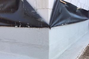 Triflex SmartTec eignet sich zur regelkonformen Abdichtung von Gebäudesockeln und Fundamenten, selbst wenn diese stark durchfeuchtet sind<br /><br /><br />