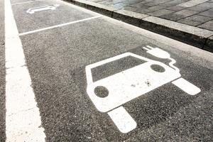 Links: Neben der Installation einer Ladeinfrastruktur lohnt es sich auch, den eigenen Fuhrpark auf Elektroautos umzustellen