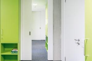 Platzsparende Schiebetüren von Schörghuber verbinden die Räume der Verwaltung