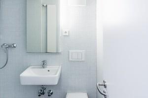 So funktional wie ein Zimmer: das kleine Bad mit Feuchtraumtür
