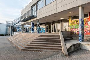 Aus Kapazitätsgründen wurde die Schule um eine zweite Etage in Holz-Leichtbauweise erweitert