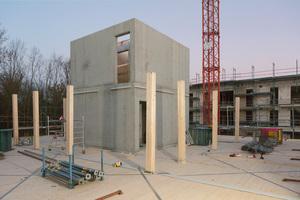 Der Stahlbeton-Erschließungskern mit Treppenhaus steift die Gesamtkonstruktion aus