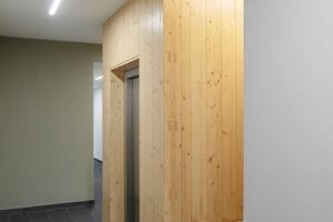 Beim Holzhaus am Waldpark besteht selbst der Aufzugsschacht aus Massivholz