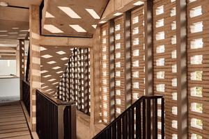 Das Lochmauerwerk fungiert im Treppenbereich<br />als Schutz vor Wind und Regen. Im Laubengang erzeugt es ein Spiel aus Licht und Schatten