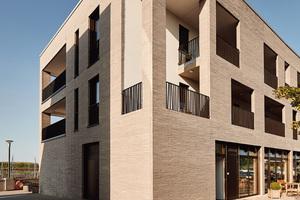 Differenzierte Rücksprünge und<br />Einschnitte gliedern die Fassade und sind<br />mit einem weißen Glattputz versehen