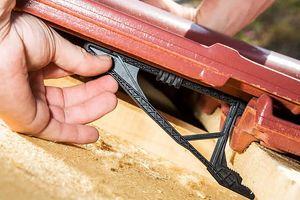 Der Dachziegel F 12 Ü Süd: werksseitig vormontiert mit dem Dachstick