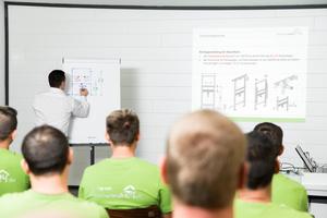 Training der Monteure in der Ausbildungswerkstatt