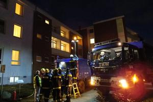 Einsatzkräfte des THW versorgen ein Klinikgebäude mit Notstrom