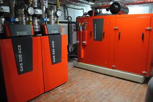 Die Wärmeproduktion übernehmen zwei kaskadierte Gas-Brennwertgeräte und ein BHKW