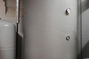 Zwei Pufferspeicher im Heizraum bevorraten 4.000 Liter Wasser