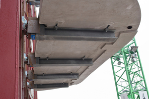 Die Balkone wurden an die freigelegten, durchgehenden senkrechten Stahlträger des tragenden Stahlskeletts montiert