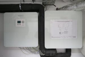 Die Hydrobox ist das hydraulische Bindeglied zwischen Wärmepumpe und Pufferspeicher (rechts). Links zu sehen ist die Powerbox