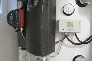 Zwischen den Pufferspeichern und der Übergabestation befindet sich je eine Pumpenstation, um den nötigen Volumenstrom sicherzustellen