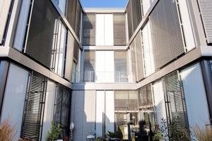 Die Obergeschosse sind so umgewandelt, das möglichst viel Licht in die Wohnungen gelangt