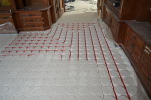 Abschließend wurde die gesamte Fläche mit Spachtelmasse planeben abgezogen und der finale Bodenbelag aufgebracht