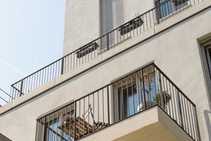Rechts: Jede Wohnung ist zum Innenhof hin mit einem Balkon oder einer Terrasse ausgestattet