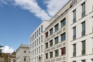 Die Stadthausfassade thematisiert den Typus eines liegenden, aber noblen Fensterformats
