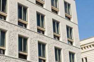 Links: Bewegte Fassade des Bürohauses von Staab Architekten: Die Fensteröffnungen vergrößern sich von unten nach oben leicht und die Fensterebenen schieben sich immer weiter zur Außenfassade hin