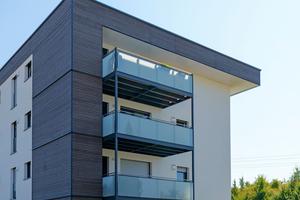Modern aufgebaute Holz-Fassade. Zu den guten Dämmwerten trägt der diffusionsoffene Wandaufbau bei, der zudem ein gesundes Raumklima begünstigt