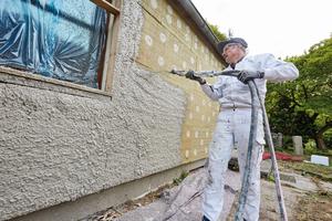 Eine Separationsschicht sorgt dafür, dass die Putzschicht beim Rückbau sauber von der Dämmplatte getrennt werden kann