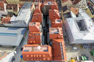 Extreme Steildächer mit Dachgauben und Dachterrassen eröffnen einen exklusiven Blick auf Donau, Dom und die Altstadt Regensburgs