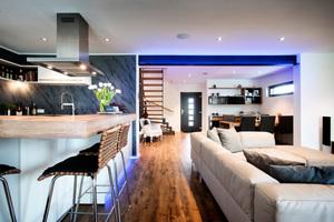 Im Erdgeschoss wurde ein großer Wohnbereich mit offener Küche realisiert