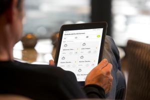Dank der Gira X1 App können alle Funktionen auch mobil übers Tablet oder Smartphone bedient werden