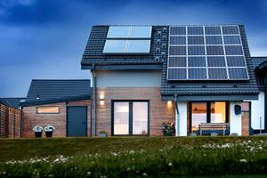 Dank seines cleveren Energiekonzepts erzeugt das Holzhaus in der Nähe von Remscheid fast so viel Energie, wie es verbraucht