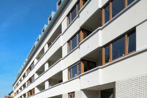 Die unterschiedlich starken Ziegelstärken rhythmisieren die Fassade horizontal, die Auskragungen an den Loggien vertikal
