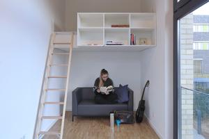 An einen gemeinschaftlichen Eingangsbereich mit Küche und Bad schließen sich zwei Zimmer pro Wohnung an. Daneben gibt es Varianten mit Einzelappartements