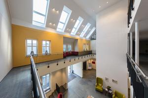"""<irspacing style=""""letter-spacing: -0.01em;"""">Der zentrale Eingangsbereich im Altenheim erstreckt sich über alle Geschosse bis unters Dach</irspacing>"""