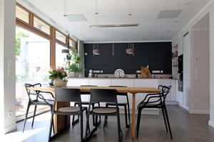 Man muss schon genau hinsehen, um die Infrarot-Heizelemente an der Decke der Wohnküche überhaupt wahrzunehmen ...