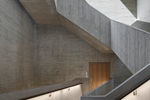 Treppenskulptur aus Sichtbeton im nachträglich eingeschnittenen Hohlraum. Die Spuren der Abbrucharbeiten zeichnen sich an den Oberflächen der Wände und Decken ab<br />&nbsp;<br /><br />