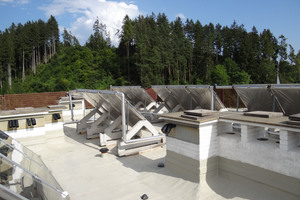 Die neue Abdichtung integriert unter anderem zahlreiche Aufbauten der Solaranlage, Geländerstützen, Kamine und Entlüftungsrohre