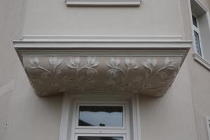 Indem die Rahmenprofile 3590 verkröpft wurden, erhielten die Fenster eine Umrahmung, bei der das Profil um die Ecke greift