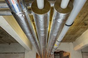 Links: Hausanschlussraum mit Fernwärmeübergabestation und 3 x 1.000 l Heizungspuffer speichert