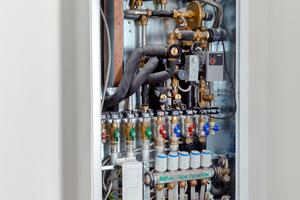 Oben: Frischwarmwasserstation von KaMo mit abgenommener Frontplatte