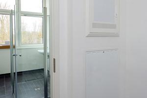 Mitte: Fällt kaum auf: Frischwarmwasserstation im Flurbereich mit Frontplatte