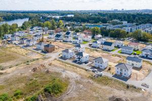 Auf der revitalisierten Industriebrache des Kraftwerks Oberhavel errichtet die HELMA Wohnungsbau GmbH 96 Einfamilien-, 15 Reihenhäuser sowie 18 freistehende, mehrgeschossige Gebäude mit 90 Eigentumswohnungen