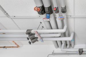 """Links: Bei wasserführenden Installationen setzte die WBG konsequent auf den Viega-Systemverbund, vom Kupferrohrsystem """"Profipress"""" über Hauptverteilungen und Steigestränge aus Edelstahl (""""Sanpress Inox"""") bis hin zu den """"Easytop""""-Regulierventilen"""