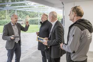 """Technik-Vorstand Uwe Rasch (links) erläutert im Gespräch Viega Planerberater Ruben Bruske (2. von links) und Regional-Vertriebsleiter Jens Fischer den Planungsrahmen, nach dem die Baulücke geschlossen wurde. Rechts steht Hausmeister Ronald Krager vom Regiebetrieb der WBG """"Kontakt"""""""