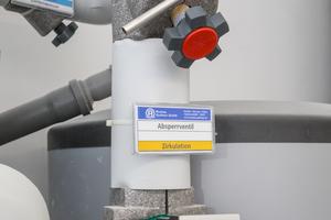 """Rechts: Das Thema """"Erhalt der Trinkwassergüte"""" wird im gesamten Bestand der WBG """"Kontakt"""" groß geschrieben – leicht zugängliche """"Easytop""""-Probenahmeventile von Viega inklusive"""