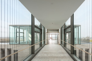 Über einen Aufzug gelangt man nach oben in den Pavillon mit weitem Blick über Siegburg und die Landschaft. Durch die ebenfalls gläserne Brücke geht es in das Gebäude hinein
