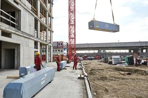 Anlieferung der beschichteten und vormontierten Wandelemente just-in-time an die Baustelle